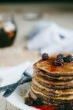 Cali pszeniczni oatmeal bliny z czernicą i syropem Zdjęcia Royalty Free