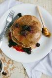 Cali pszeniczni oatmeal bliny z czernicą i syropem Zdjęcie Royalty Free