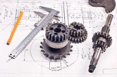 Calibrador con la parte en el gráfico de ingeniería Fotografía de archivo