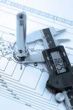 Calibrador con la parte en el gráfico de ingeniería Fotos de archivo