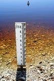 Calibrador de agua en el lago de sequía   Foto de archivo libre de regalías