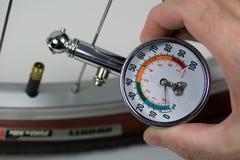 Calibrador de presión de aire y neumático de la bicicleta Imagen de archivo libre de regalías