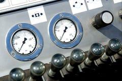 Calibradores de presión y manetas del operador foto de archivo