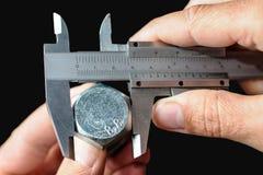 Calibrage d'un boulon en acier photographie stock libre de droits