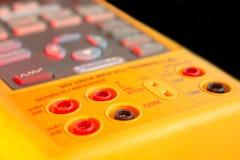 calibratorinmatnings/utmatningsstickkontakt Arkivfoto
