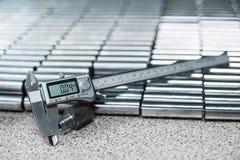 Calibre électronique devant des rouleaux à paliers Fermez-vous, profondeur de champ, foyer sélectif Photo stock
