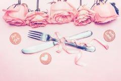 Calibre avec l'arrangement romantique de fête de table, roses, ruban, coeur Photographie stock