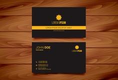 Calibre créatif de design de carte d'affaires avec le fond en bois Photographie stock