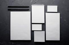 Calibre d'identité d'entreprise, papeterie sur la texture concrète gris-foncé Raillez pour des présentations de concepteurs stigm Photos stock