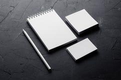 Calibre d'identité d'entreprise, papeterie sur la texture concrète gris-foncé Raillez pour des présentations de concepteurs stigm Image stock