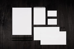 Calibre d'identité d'entreprise, papeterie sur le fond en bois élégant noir Raillez pour stigmatiser, présentations de concepteur Image libre de droits