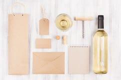 Calibre d'identité d'entreprise pour l'industrie vinicole avec du vin blanc et le verre à vin de bouteille sur le fond en bois bl Photo libre de droits