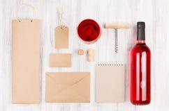 Calibre d'identité d'entreprise pour l'industrie vinicole avec du vin rosé et le verre à vin de bouteille sur le fond en bois bla Photographie stock libre de droits