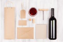 Calibre d'identité d'entreprise pour l'industrie vinicole avec le vin rouge et le verre à vin de bouteille sur le fond en bois bl Images stock
