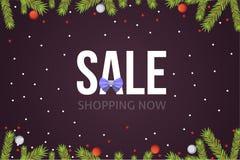 Calibre de bannière de vente de Noël avec les rubans et la décoration de boules de scintillement Fond de branches d'arbre de nouv Photo stock
