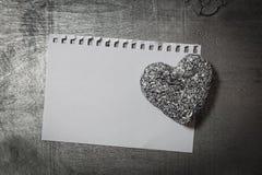 Calibre de lettre d'amour sur le coeur de papier et de pierre sur le bureau rustique en bois Photos libres de droits