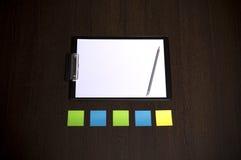 Calibre de marque d'affaires de maquette sur le fond en bois foncé Autocollants colorés de rappel Image stock