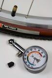 Calibre de pressão do ar e pneu da bicicleta Fotos de Stock