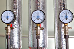 Calibre de pressão três na sala de caldeira, ao lado do condutor do calor Imagens de Stock Royalty Free
