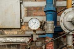 Calibre de pressão conectado às tubulações Foto de Stock