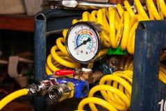 Calibre de pressão no tanque vazio do ar com o tubo de ar espiral Imagem de Stock