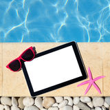 Calibre de Tablette par le poolside Photos stock