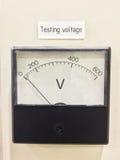 Calibre do voltímetro do estilo antigo Medidor da tensão da sala de teste Fotos de Stock Royalty Free