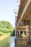Calibre grande do pessoal ajustado ao lado da ponte Imagens de Stock
