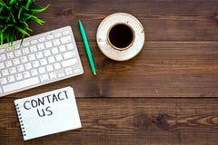 Calibre pour des contacts, fond pour information l'information de contact Contactez-nous de lettrage dans le carnet sur le bureau image libre de droits