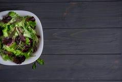 Calibre pour une bannière avec un plat de salade verte sur un fond en bois gris Nourriture saine, végétariens, régime base photos stock