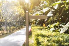 Calibre vide en bois de waypost avec la ruelle près, resor tropical images libres de droits