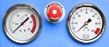 Calibres de pressão com emergência do botão Imagens de Stock Royalty Free
