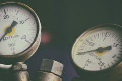 Calibres de pressão em garrafas de um azetylen Fotografia de Stock