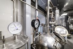 Calibres de pressão Equipamento da destilação do álcool Fotos de Stock Royalty Free