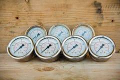Calibres de pressão no fundo de madeira Fotos de Stock