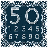 Calibres pour couper des chiffres Peut être employé pour la coupe de laser Chiffres de fantaisie de dentelle Fond bleu d'isolemen Image libre de droits