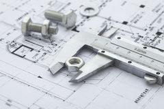 calibres vernier mesurant l'écrou en métal Image libre de droits