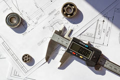 Calibri elettronici con i cuscinetti a sfera sui disegni di ingegneria Immagini Stock