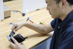 Calibro che misura uno strumento con un calibro fotografia stock