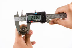 Calibro a corsoio di Digital che misura la dimensione di Fotografie Stock Libere da Diritti