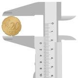 Calibro del primo piano ed euro centesimo 20 Immagini Stock