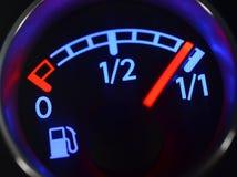 Calibro di combustibile che mostra carro armato pieno fotografia stock libera da diritti