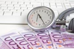 Calibro di pressione sanguigna su 500 euro note Fotografie Stock