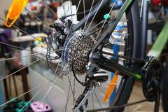 Calibro posteriore su una bicicletta nera Fotografie Stock