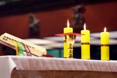 Calice d'or sur l'autel pendant la masse Photographie stock libre de droits
