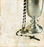 Calice da consacrazione e rosario di comunione fotografia stock libera da diritti