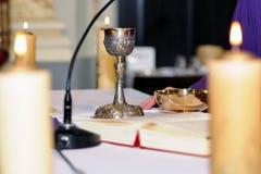 Calice da consacrazione sull'altare per culto Immagine Stock