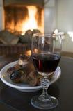 Calice del vino rosso e porcellino dell'arrosto intorno al focolare Fotografia Stock Libera da Diritti