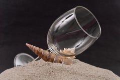 Calice del vino sulla duna di sabbia fotografia stock