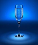 Calice di vetro con acqua scintillante fresca Immagine Stock